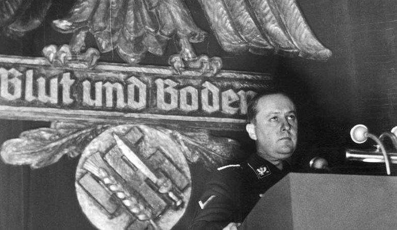 Рихард Дарре выступаент на съезде ферменров. 1937 г.