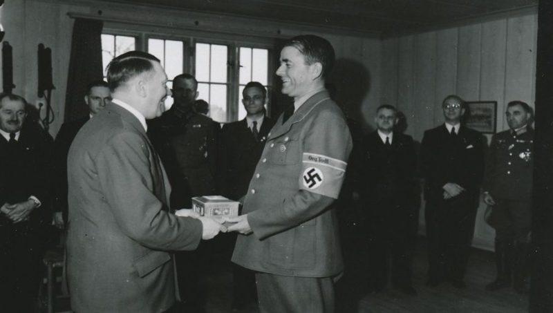 Альберт Шпеер принимает поздравления Адольфа Гитлера. 1938 г.
