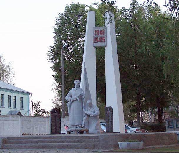 г. Чаусы. Братская могила на территории РОВД, в которой похоронено 104 воина.