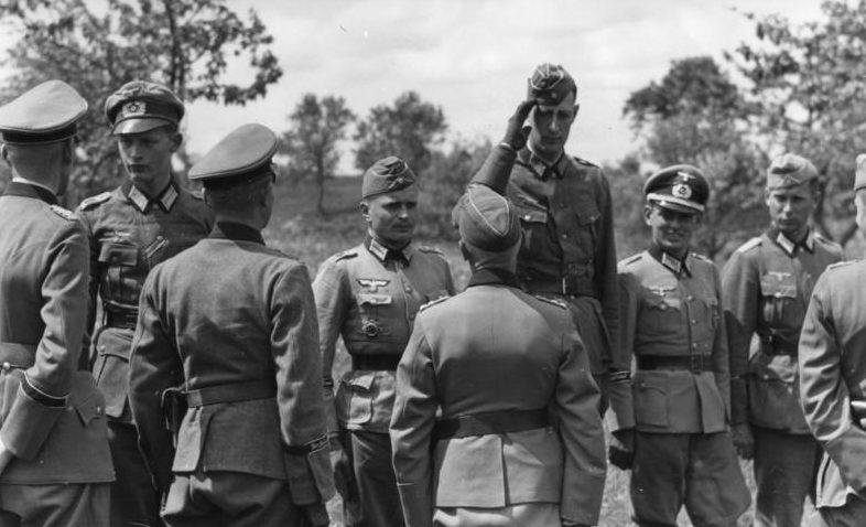 Герман Гот и Вальтер Хёрнляйн с офицерами на Восточном фронте. 1943 г.