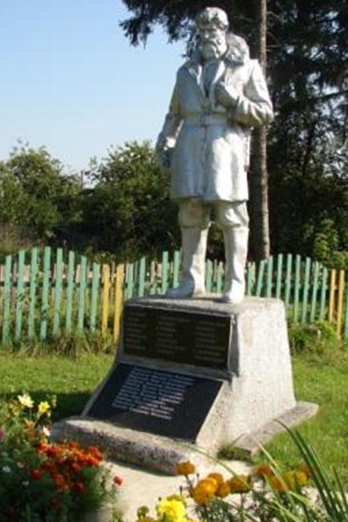 д. Головчин Белыничского р-на. Памятник, установленный на братской могиле, в которой похоронен 51 воин и партизан, в т.ч. 19 неизвестных, погибших в 1944 году.