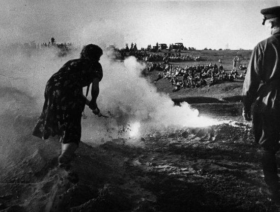 Занятия ПВО. Учатся тушить термические бомбы. 1941 г.