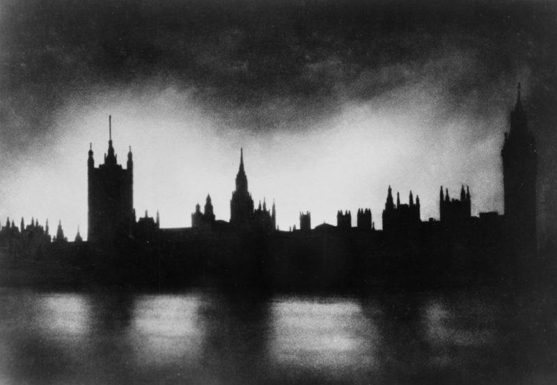 Вестминстерский дворец во время налета. 1940 г.