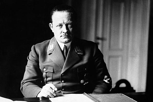 Эрих Кох в рабочем кабинете. Украина. 1942 г.