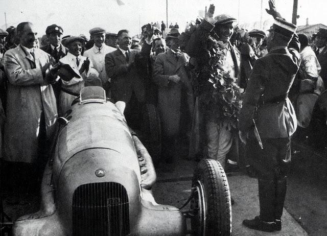 Адольф Хюнлайн награждаеи победителей в автспорте. Берлин. 1939 г.