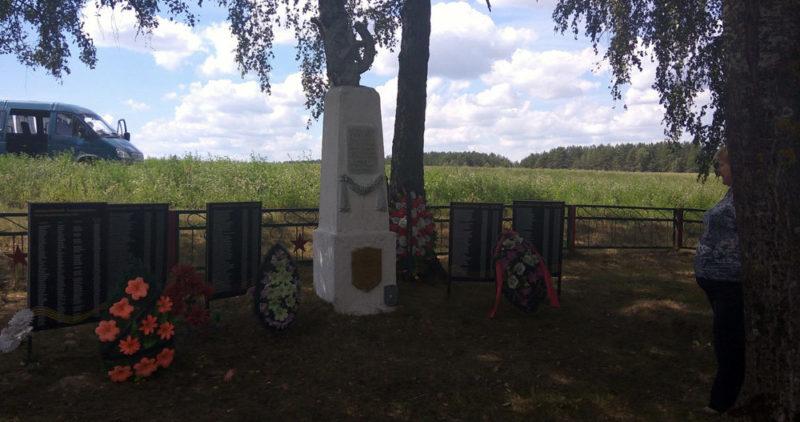 д. Любаны Славгородского р-на. Памятник, установленный на братской могиле, воинов, погибших в годы войны.