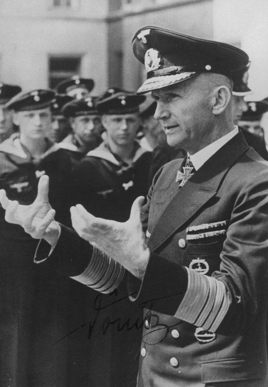 Карл Денниц среди моряков. 1944 г.