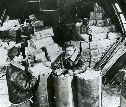 Укладка листовок в контейнеры. 1944 г.