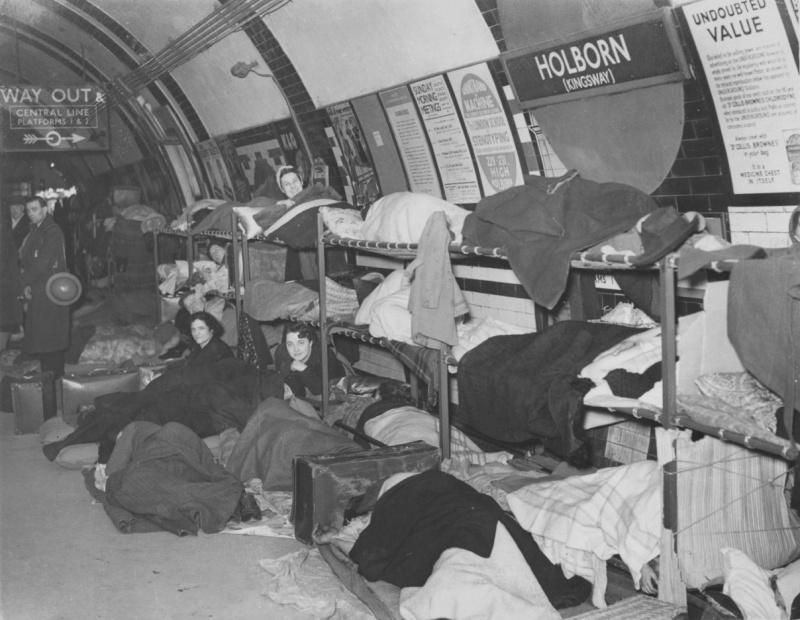 Жители Лондона укрываются от налетов немецкой авиации на станции метро «Холборн». 30 января 1940 г.