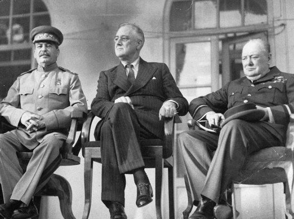 Сталин, Рузвельт и Черчилль на Тегеранской конференции.