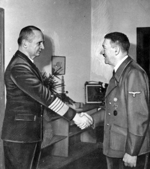 Карл Денниц и Адольф Гитлер. 1945 г.