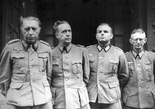 Гельмут Вейдлинг среди арестованных генералов. 1945 г.