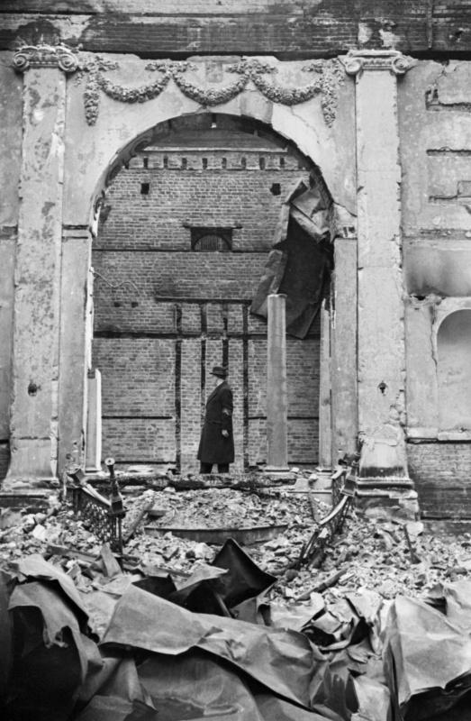 Раввин на руинах синагоги на площади Дюка. Май 1940 г.