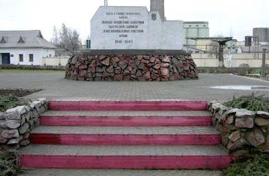 г. Кричев. Памятник установлен возле проходной Кричевского цементно-шиферного завода, где находился лагерь военнопленных, в котором ежедневно от голода, холода, побоев и в результате расстрелов умирали десятки людей.