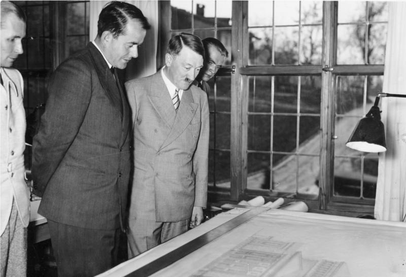 Альберт Шпеер и Адольф Гитлер рассматривают проекты. 1939 г.