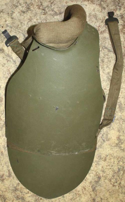 Лицевая сторона стального нагрудника СН-42 с верхней петлей.