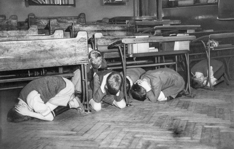 Лондонские школьники во время тренировки по воздушной тревоге. 20 июля 1940 г.