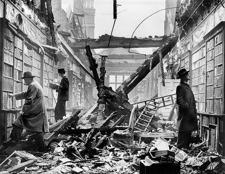 Библиотека после налета. Кенсингтон, 1940 г.