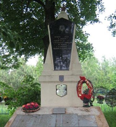 д. Черневка Дрибинского р-на. В могиле захоронены 571 воин 42-й стрелковой дивизии, 49-й армии 2-го Белорусского фронта, в т.ч. 39 неизвестных, которые погибли при освобождении деревни от немецко-фашистских захватчиков в июне 1944 года. В 1956 году на братской могиле возведен обелиск.