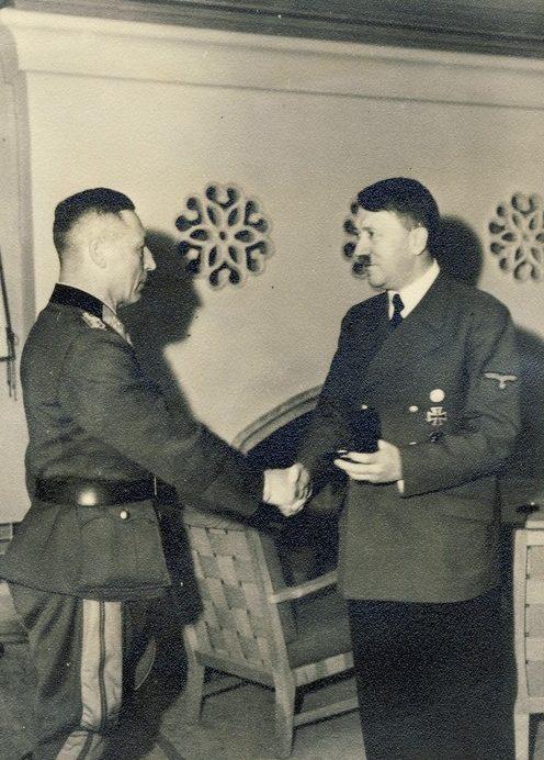 Карл Альмендингер получает награду из рук Адольфа Гитлера. 1941 г.