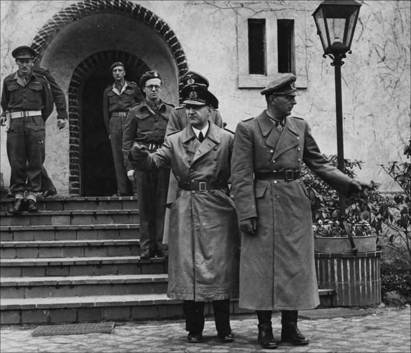 Карл Дёниц под арестом. Берлин.1945 г.