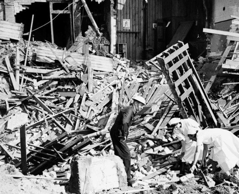 На руинах госпиталя. 25 июля 1940 г.