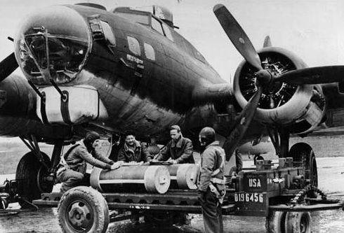 Доставка контейнеров с листовками к бомбардировщикам.