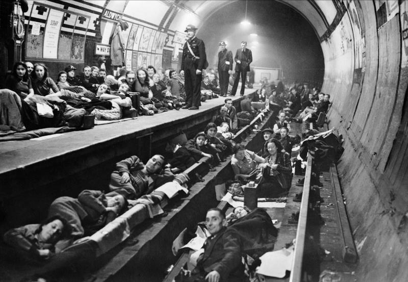 Жители Лондона на станции метро «Олдвич» во время авианалета. 1940 г.