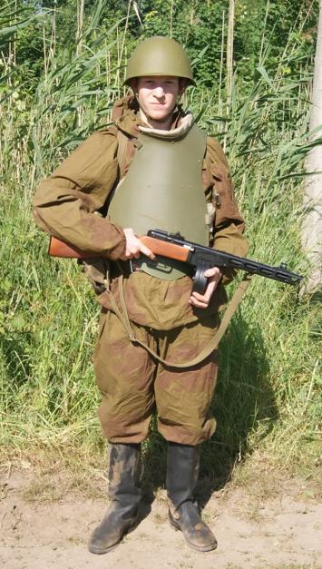 Реконструктор в стальном нагруднике СН-42.