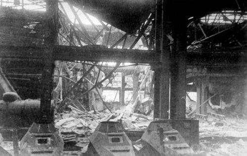 Обрушившиеся перекрытия в новокузовном цехе. На переднем плане стоят корпуса бронеавтомобилей БА-64.
