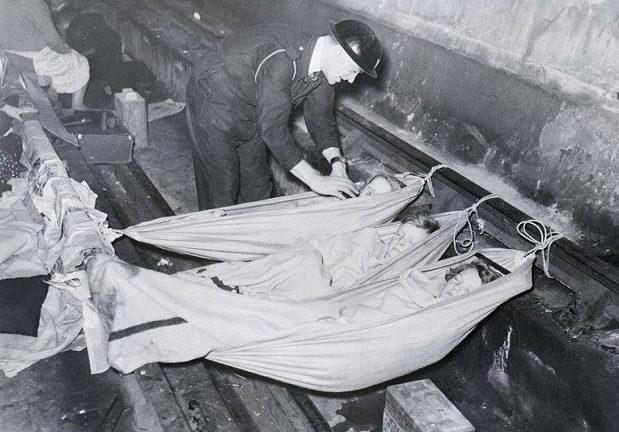 Гамаки для детей в бомбоубежище. 1940 г.
