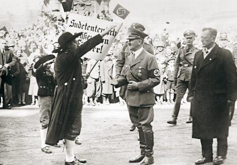 Жители Вены приветствуют Адольфа Гитлера. 15 марта 1938 г.