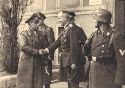 Губерт Вейсе среди офицеров. 1942 г.