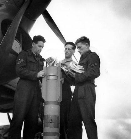 Загрузка листовок в агитационную бомбу Т-3.