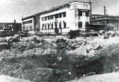 Воронка от 500-кг бомбы около здания конструкторско-экспериментального отдела ГАЗа.