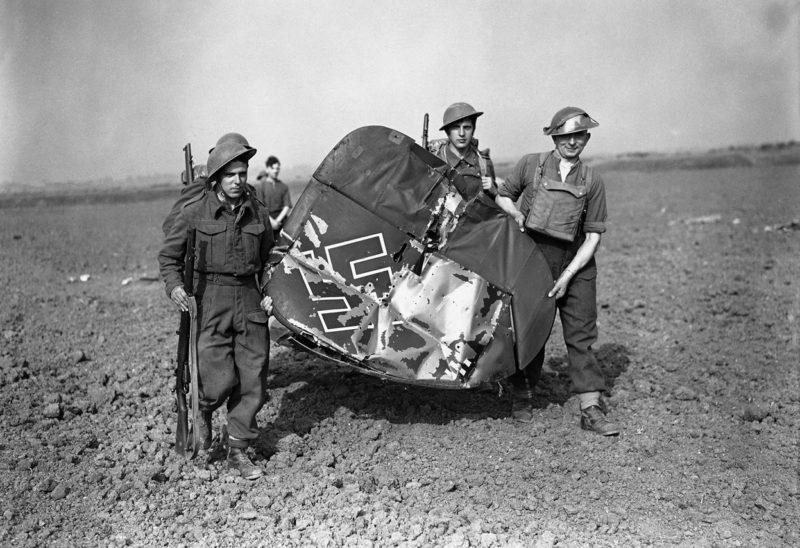 Хвостовое оперение сбитого Messerschmitt BF-110. 3 сентября 1940 г.