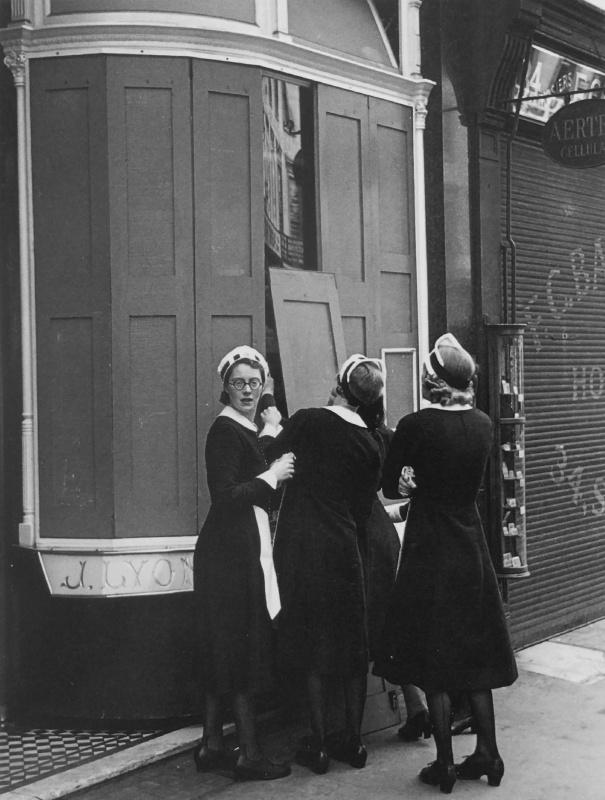 Официантки закрывают ставни окон ресторана «Лайон-Корнер-Хаус» перед налетом. 1940 г.