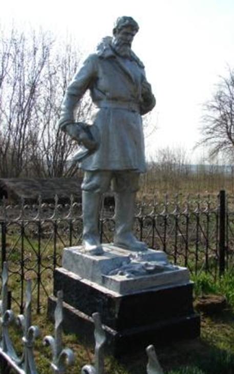 д. Ланьково Белыничского р-на. Памятник возле школы, установленный на братской могиле, в которой захоронено 7 партизан, погибших в 1944 году.