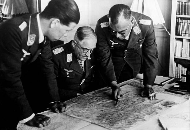 Роберт Грейм с офицерами у карты. 1941 г.