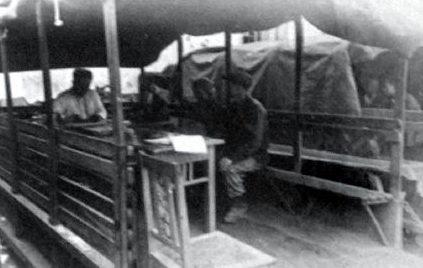 Импровизированный «кабинет» начальника главного конвейера в период восстановительных работ, организованный на улице.