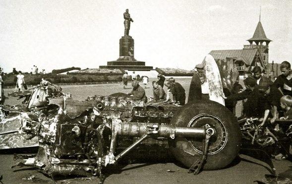 Обломки Ju-88, протараненного П. И. Шавуриным, выставленные на пл. Минина и Пожарского. Август 1942 г.