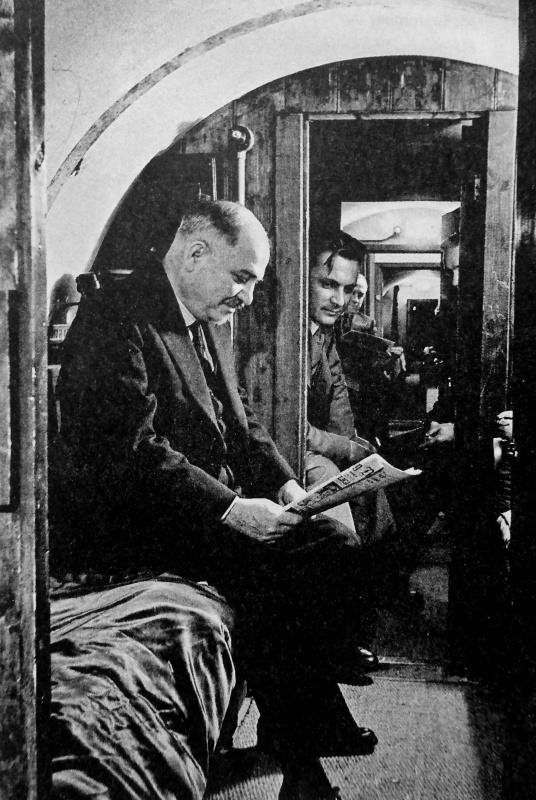 Посол СССР в Великобритании Иван Майский в бомбоубежище посольства. 1940 г.