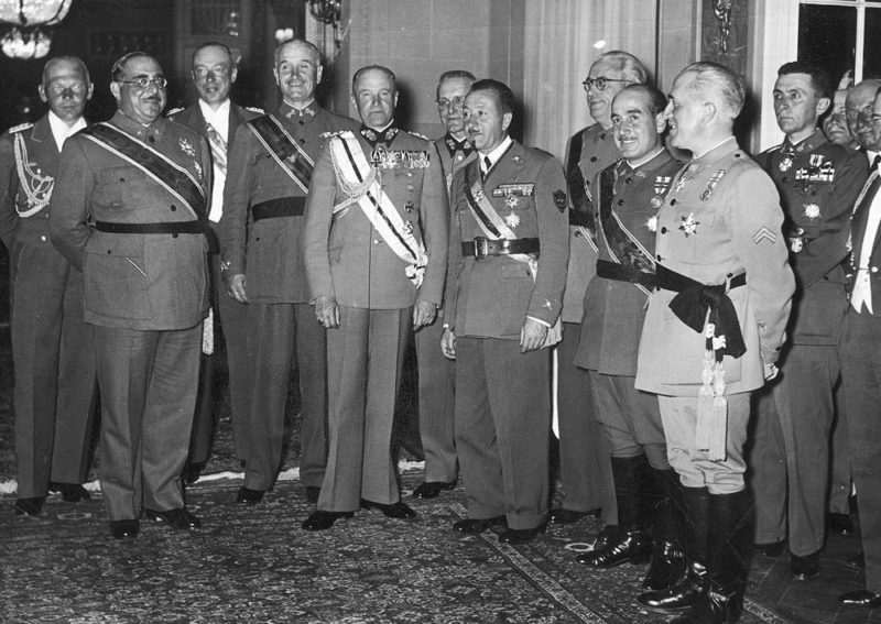 Вальтер Браухич среди награжденных военных. 1939 г.