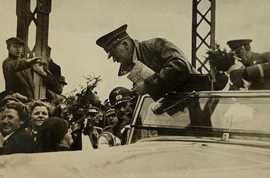 Гитлер среди горожан. 16 марта 1938 г.