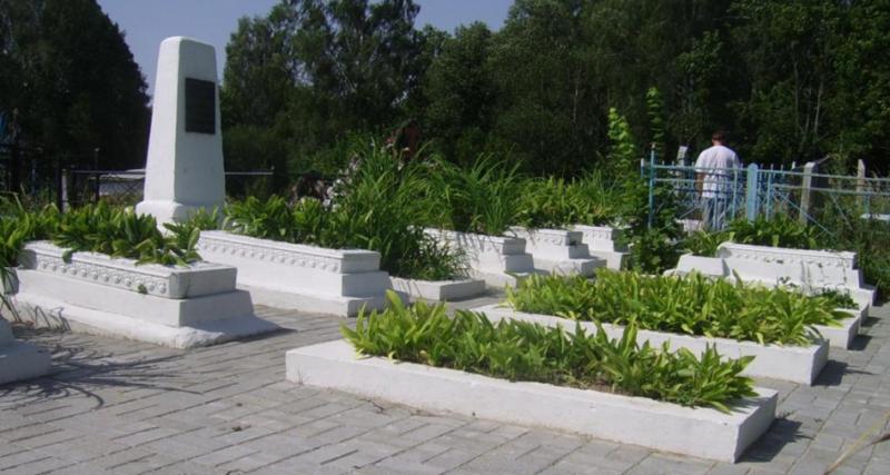 г. Мстиславль. Памятник на городском кладбище по улице Энгельса, установлен в 1972 году на братских могилах, в которых похоронено 31 советских воин, погибший в годы войны.
