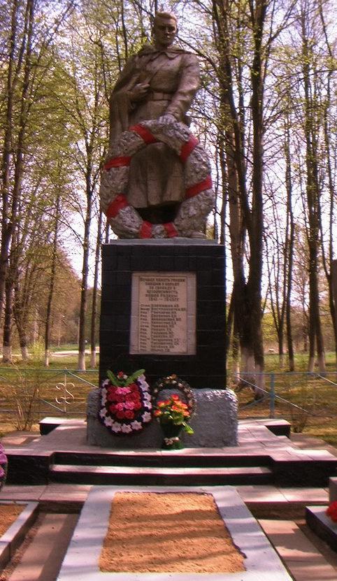 д. Глинь Чериковского р-на. Памятник на братской могиле, в которой похоронено 14 советских воинов, погибших в годы войны.