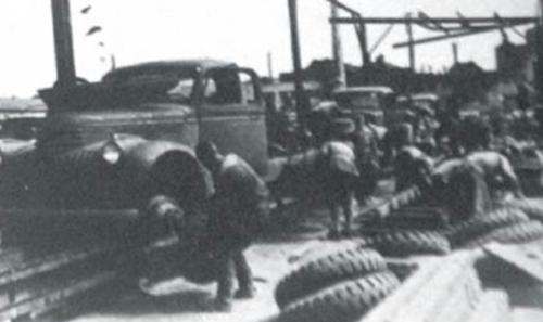Сборка американских грузовиков на импровизированном конвейере прямо под открытым небом.