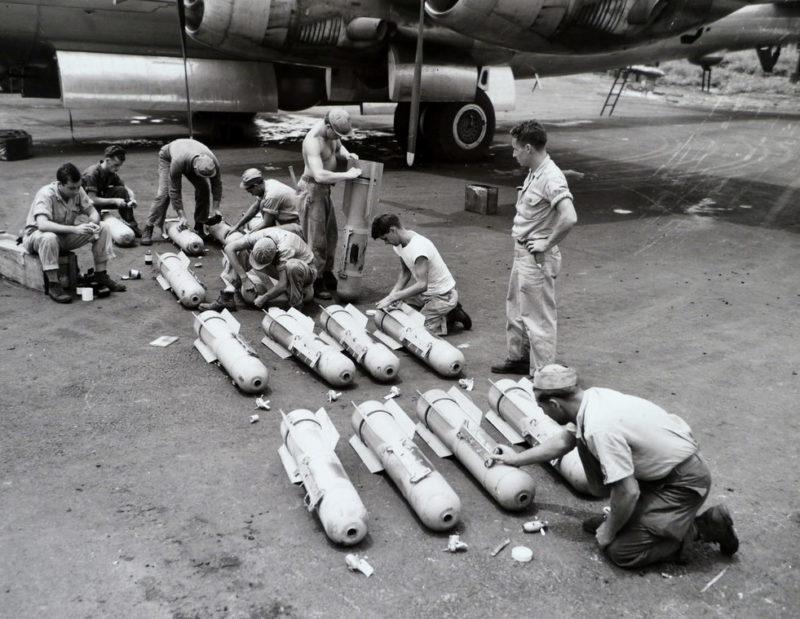 Установка взрывателей на бомбы.