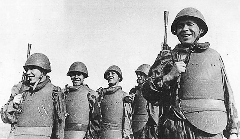Бойцы в нагрудниках СН-42.