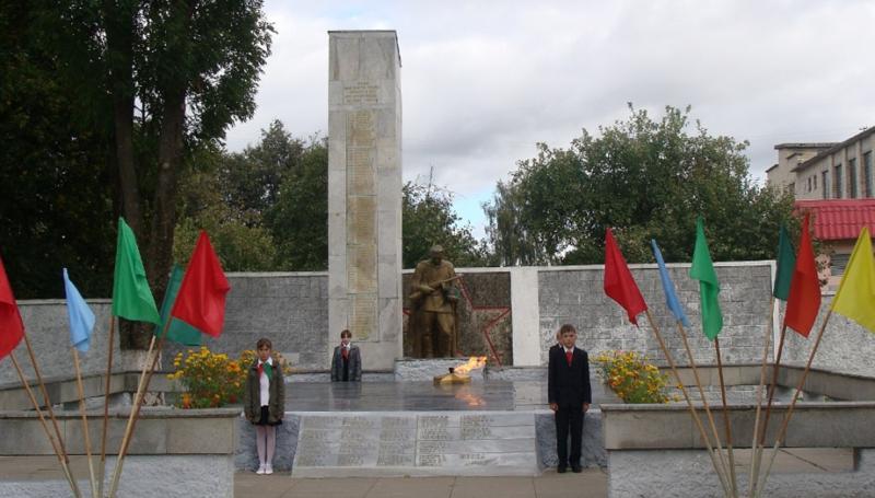 п. Хотимск. Памятник в городском парке, установленный в 1949 году на братской могиле, в которой похоронено 195 советских воинов, в т.ч. 24 неизвестных, погибших в 1943 году. Окончательный вид памятник приобрел в 1961 году, когда установили стелы и заменили обелиск.